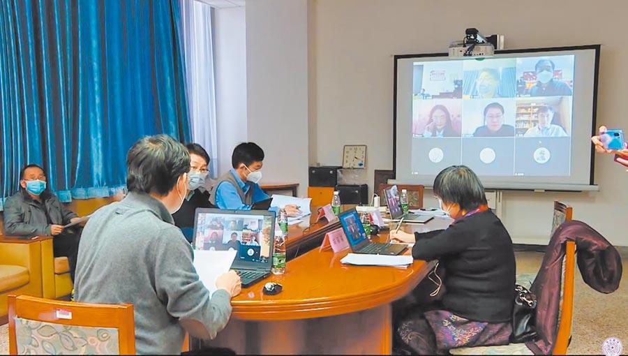 多數陸校對台招生將採遠距面試。圖為北京清華大學博士生與教授在進行線上論文口試。(北京清華大學影片截圖)