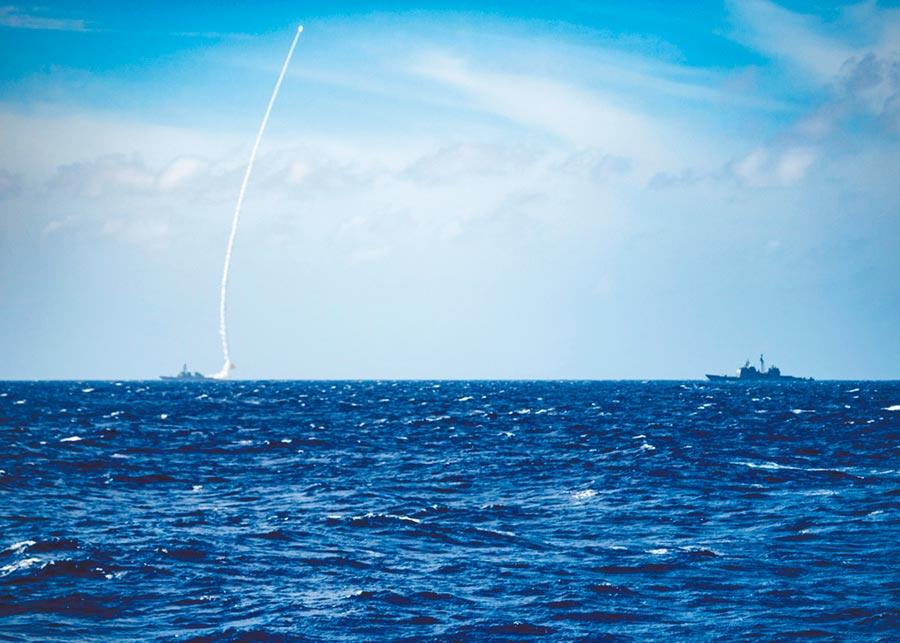 23日下午,美軍於臉書公布,驅逐艦貝瑞號在菲律賓海發射飛彈。(取自U.S. 7th Fleet臉書)