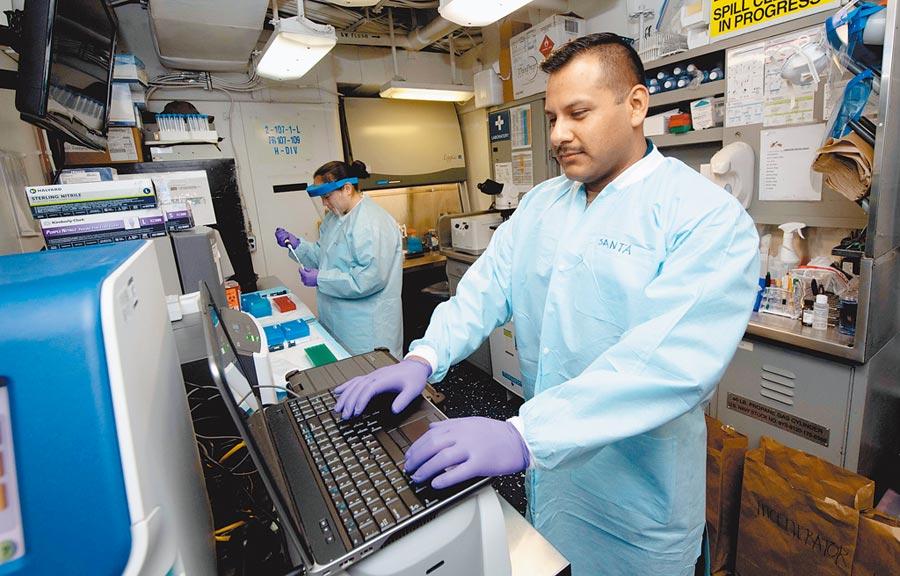 美軍醫護人員在「羅斯福」號航母搭建臨時醫學實驗室,檢測新冠病毒樣本。(取自NavyLookout Twitter)
