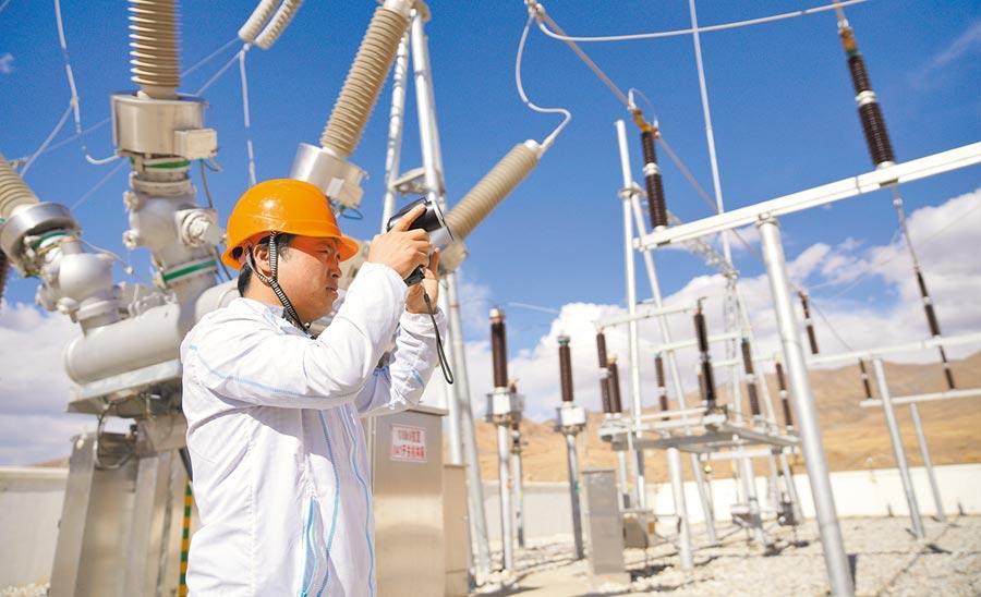 大陸國家電網西藏供電公司的檢修部電氣試驗技術員,在變電站測試有無放電現象。(新華社資料照片)