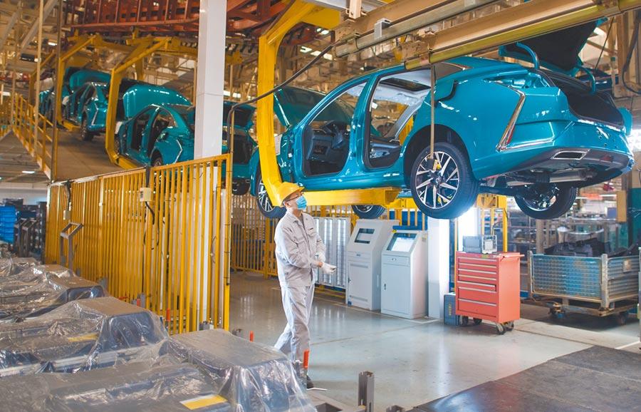 3月24日,武漢ㄧ汽車工廠的員工在生產線上作業。(新華社)