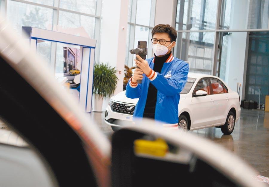 3月6日,吉林長春一家汽車銷售店的員工線上直播賣車。(中新社)