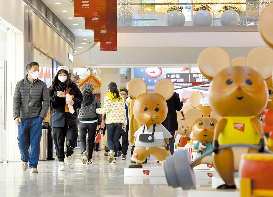 3月8日,北京市民戴口罩在商場購物。(中新社)