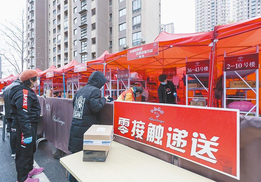 上海市虹口區彩虹灣社區搭建「快遞集市」,落實零接觸遞送。(新華社)