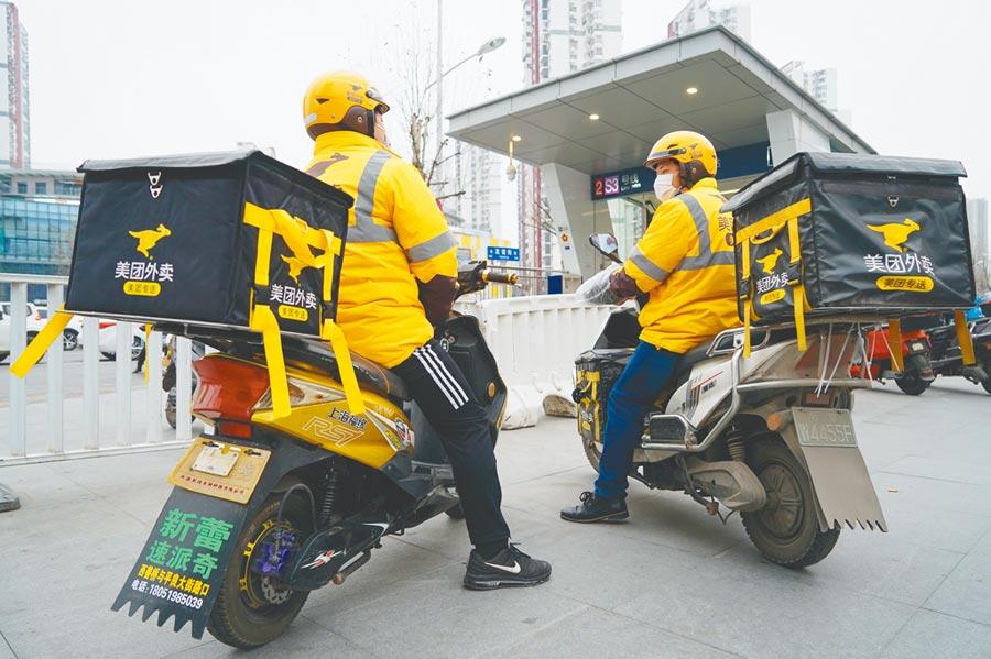 疫情期間,外賣騎手們冒著被感染的風險,穿梭在大街小巷。(新華社)
