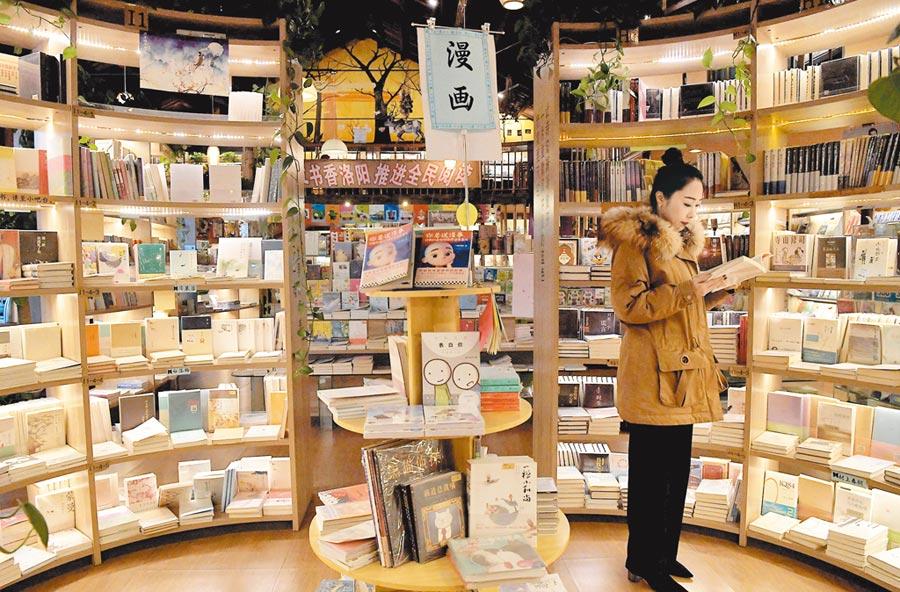 大陸市民在洛陽天心文化創意產業園一家舊倉庫改造的書店看書。(新華社資料照片)
