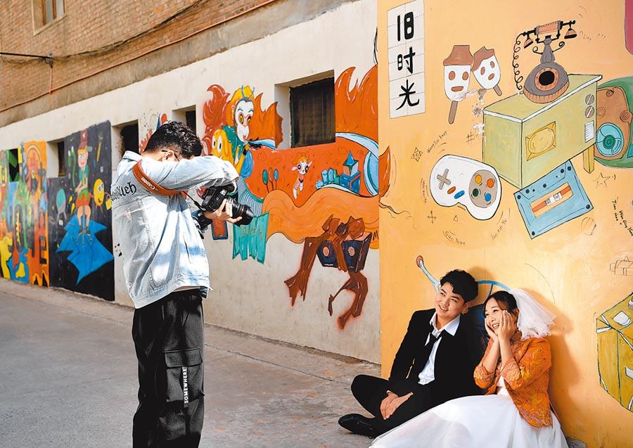 一對新人在鄭州市二七區瑞光創意工廠內拍婚紗照。(新華社資料照片)