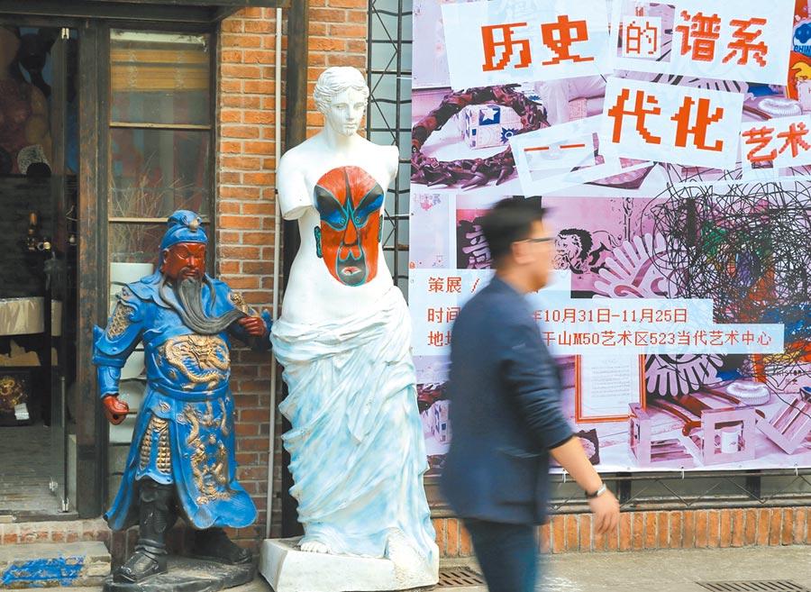 一名行人從上海m50創意園內經過。(新華社資料照片)