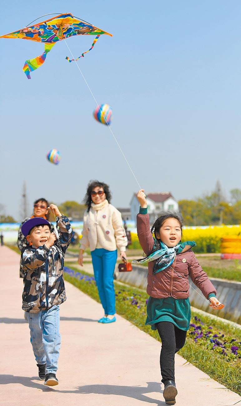 上周末景區接待人數增長近一倍,五月或迎旅遊高峰,圖為20日,遊客在湖州移沿山生態景區遊玩。(新華社資料照片)