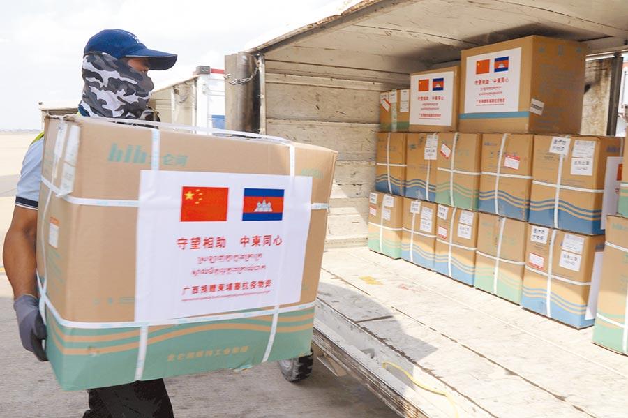大陸醫療組23日抵達金邊,隨機運抵的醫療物資助柬埔寨抗擊疫情。(新華社)