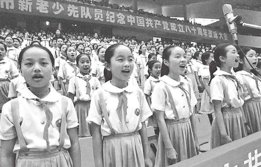 2001年,合肥少先隊員齊聲高唱《東方紅》。(新華社)