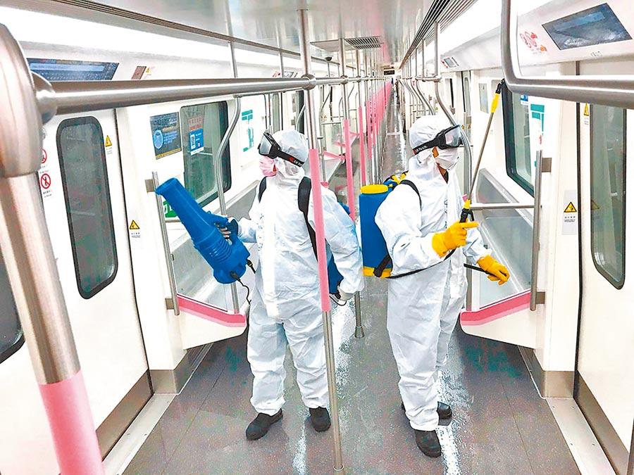 3月23日,湖北省武漢市對地鐵全線站點、車輛進行深度消殺,為恢復運營做好準備。圖為保潔人員在列車內進行消殺作業。(中新社)