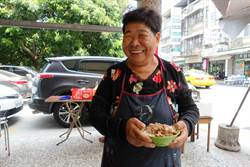 台大雲醫外30年素食攤歐巴桑退休 醫護和病患不捨