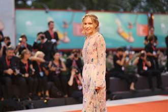 《馬丁伊登》法國女星走紅毯高人氣  受驚以為裸體上陣