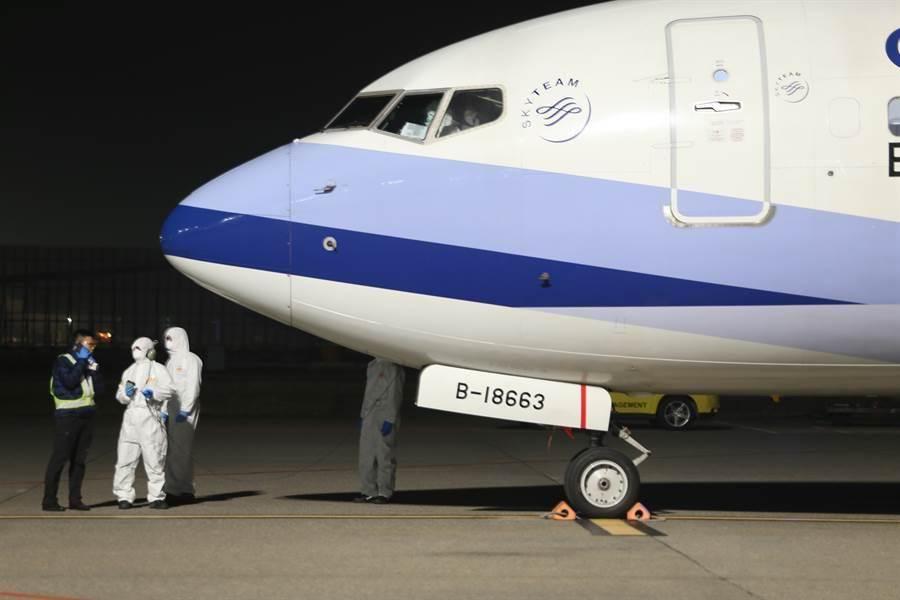 華航將安排3月29、30日的上海飛桃園班機,讓滯留湖北國人返台。圖為3月10日第二批包機抵台。(資料照)