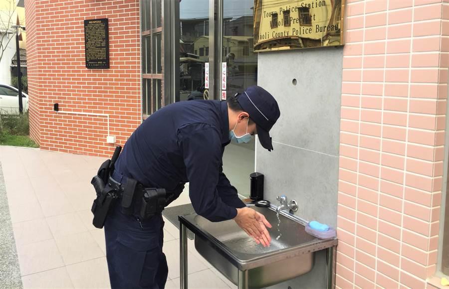 苗栗警分局各派出所、分駐所陸續建置完成洗手台,巡邏員警返所或洽公民眾均可使用。(巫靜婷攝)