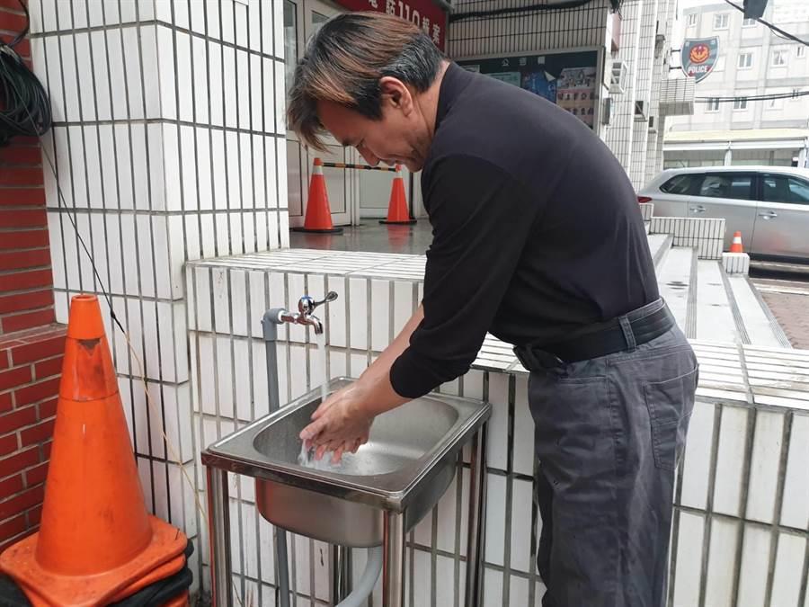 竹南警分局防疫超前部屬,率先在警局大門增設洗手台,勤方便民眾洗手顧健康。(竹南警分局提供/巫靜婷苗栗傳真)