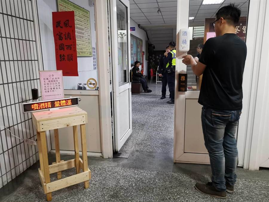 竹南警分局提供酒精噴霧機方便民眾消毒。(竹南警分局提供/巫靜婷苗栗傳真)