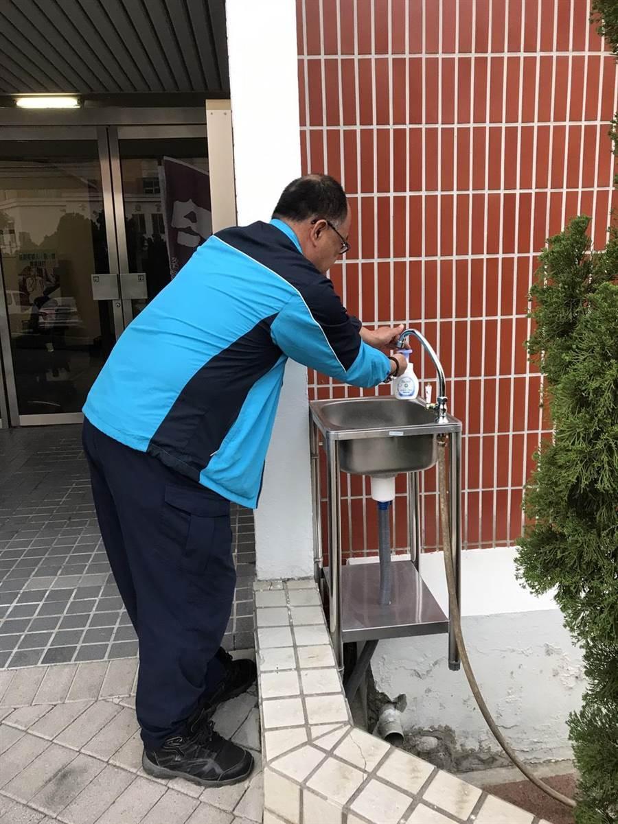 通霄警分局大門洗手台也建置完成,方便員警及民眾洗手使用。(通霄警分局提供/巫靜婷苗栗傳真)
