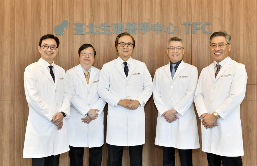 TFC臺北生殖醫學中心由台灣試管嬰兒之父曾啟瑞(圖中)創辦,集結多位台灣不孕症權威包括(左1)何彦秉副院長、(左2)胡玉銘院長、(右2)林時羽副院長、(右1)王瑞生副院長。