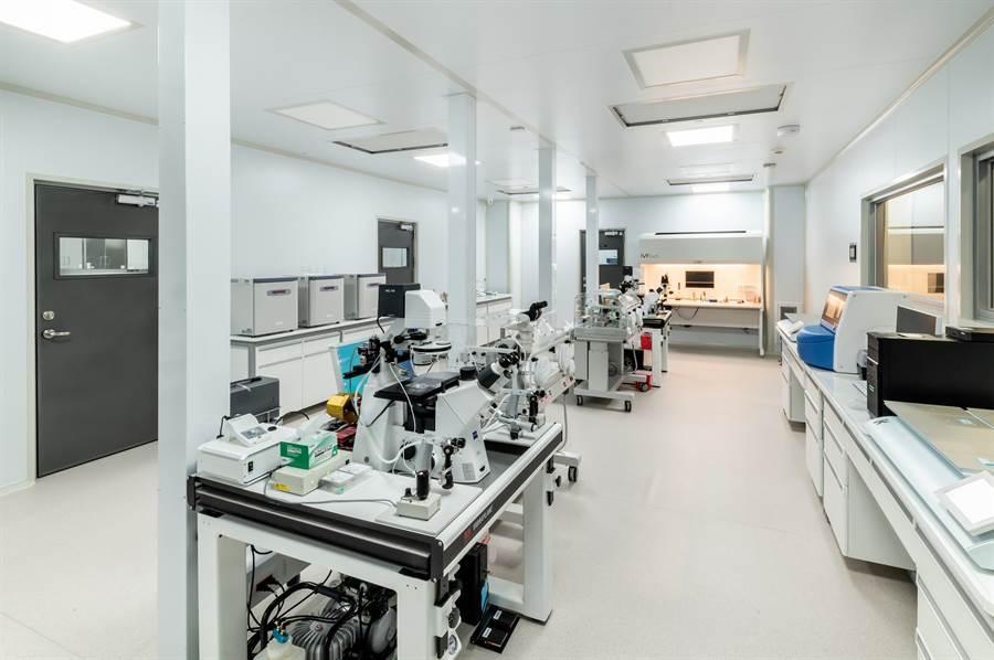 TFC擁有全台最高標準的生殖實驗室,HEPA高效濾網控制落塵量在1000級、也排除VOC(揮發性有機化合物) ,給胚胎最好的發育環境。
