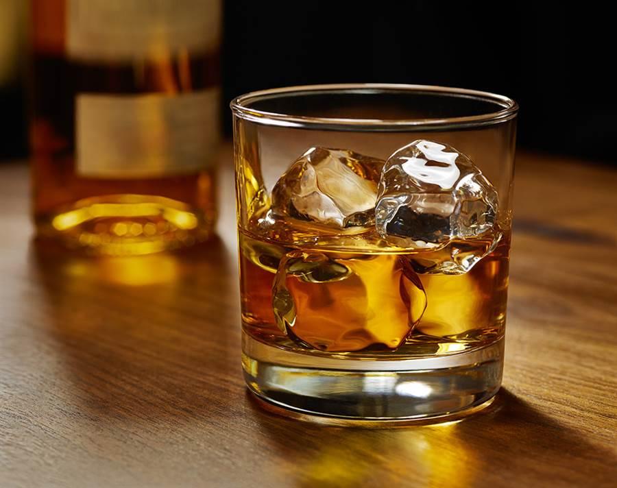 女網友透露,男友根本不准她喝酒,豈料對方竟要她「別喝太多」(示意圖/達志影像)