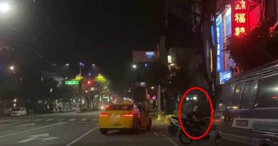 一輛小黃司機竟然將乘客拖下路邊痛打,原因竟然只為了爭執六合路上有沒有德州小騎士炸雞店,實在很離譜。(圖/翻攝畫面)