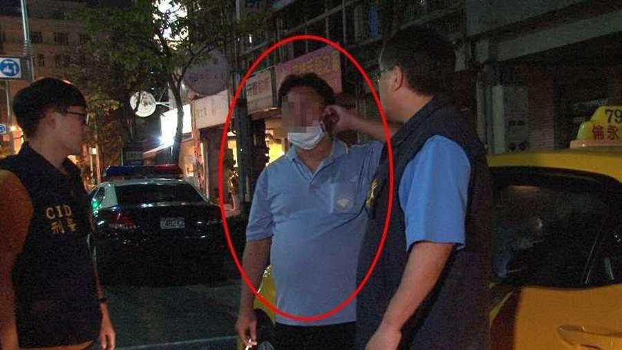 被逮的小黃司機向警方坦承,他脾氣火爆,但司機也指控乘客態度不佳,甚至嗆不給錢,才會讓他情緒失控。(圖/翻攝畫面)
