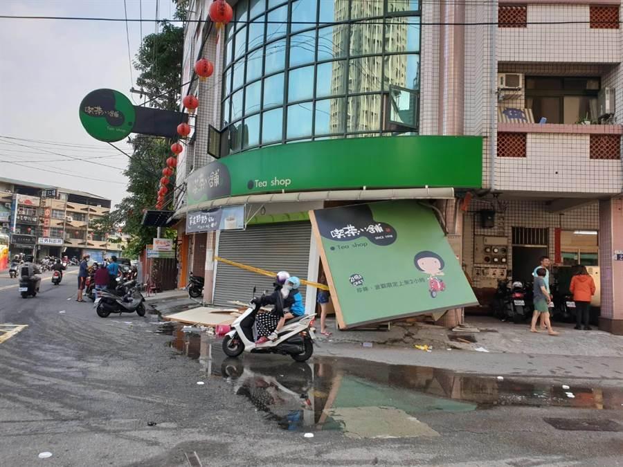 台中市大里區一家飲料店26日清晨疑發生氣爆,店內物品、看板噴飛。(民眾提供/林欣儀台中傳真)