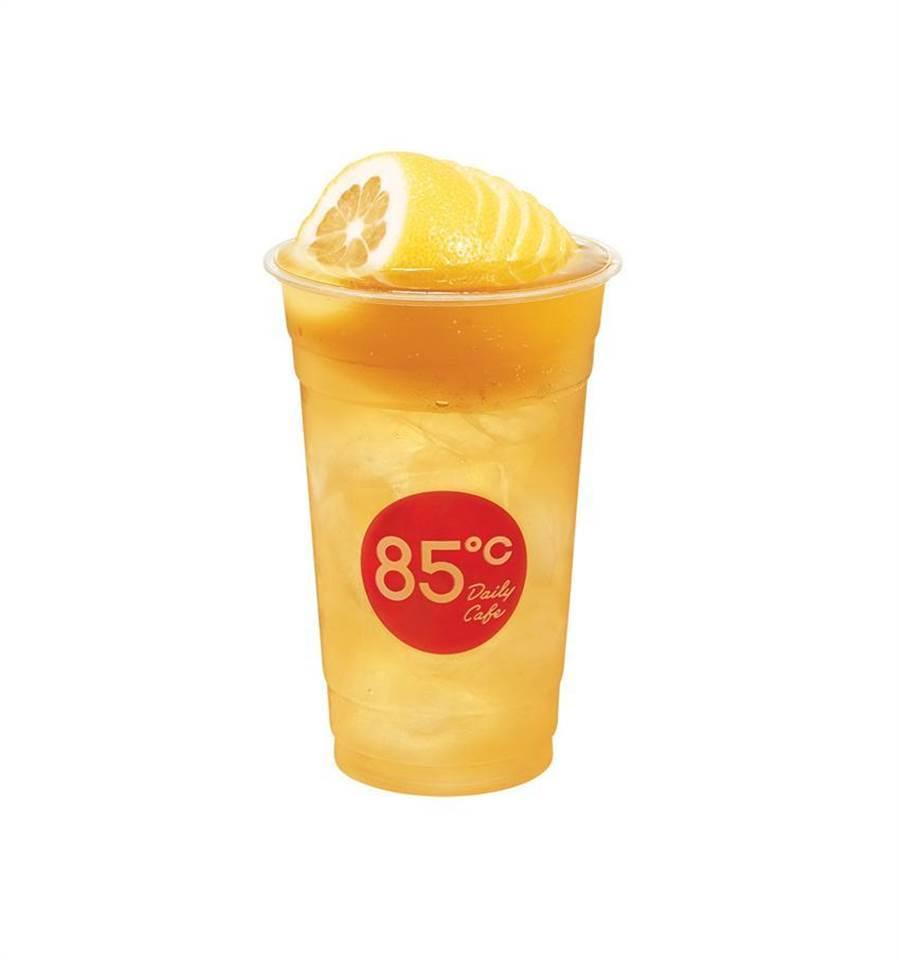 標榜加州黃金檸檬的維生素多,85度C推出檸檬系列飲品全面「戰疫」。(圖/85度C提供)