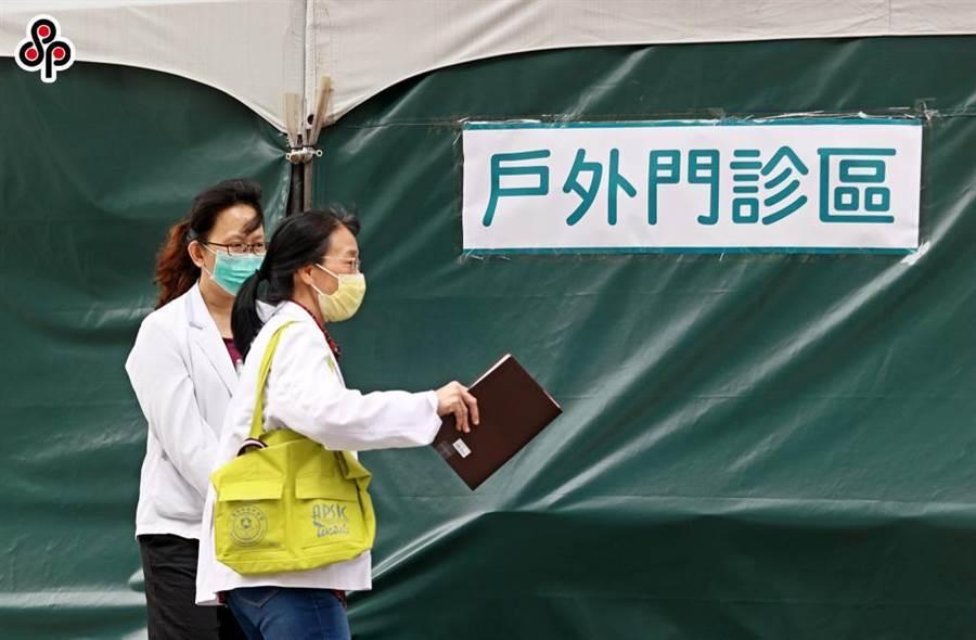 新冠肺炎疫情持續延燒,中央流行疫情指揮中心曾在2月要求醫事人員在自主健康管理期間「暫勿上班」。(報系資料照)