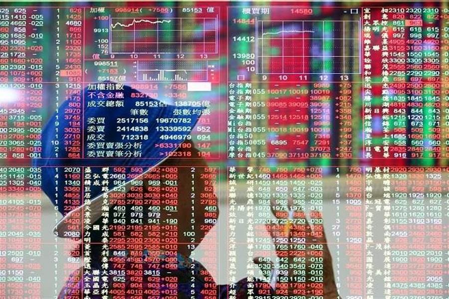 近日股市震盪太過激烈,金管會主委顧立雄坦言「最近半夜起床看美股」。(資料照)