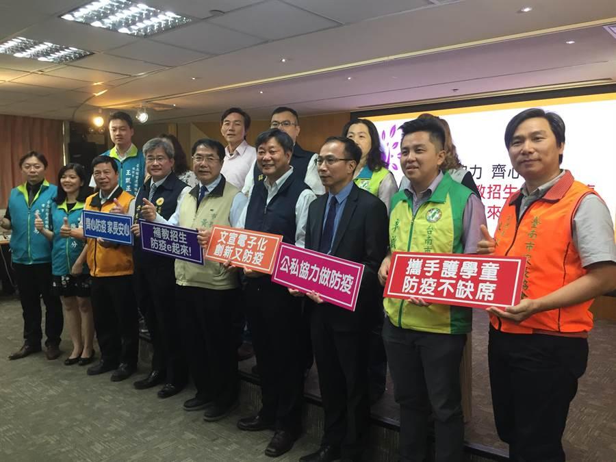 台南市長黃偉哲與2大補教團體、校長及家長團體今天宣示,為落實校園零風險,各補習班將不在校門口發傳單。(曹婷婷攝)