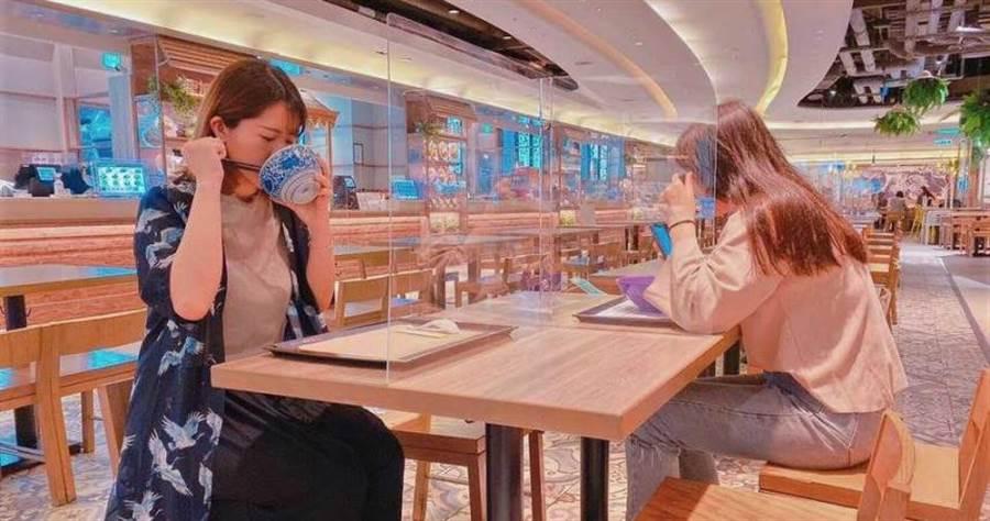美食街座位透過隔板,另闢成單人座位區。(圖/ 京站時尚廣場)