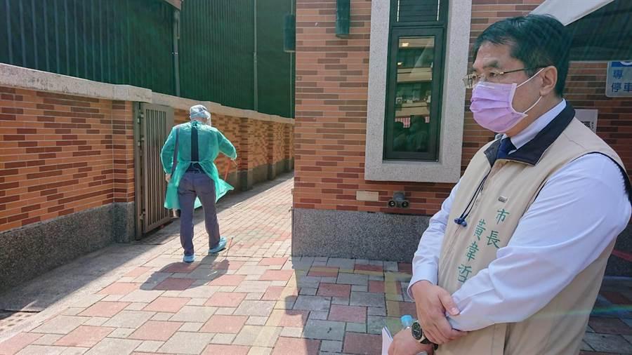 台南市長黃偉哲檢視社福機構消毒狀況。(程炳璋攝)