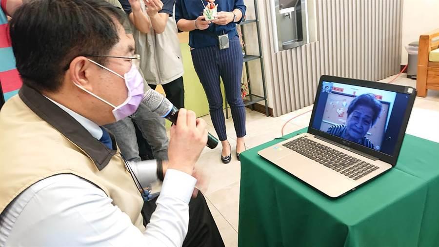 台南市長黃偉哲抽查社福機構的視訊探訪系統。(程炳璋攝)