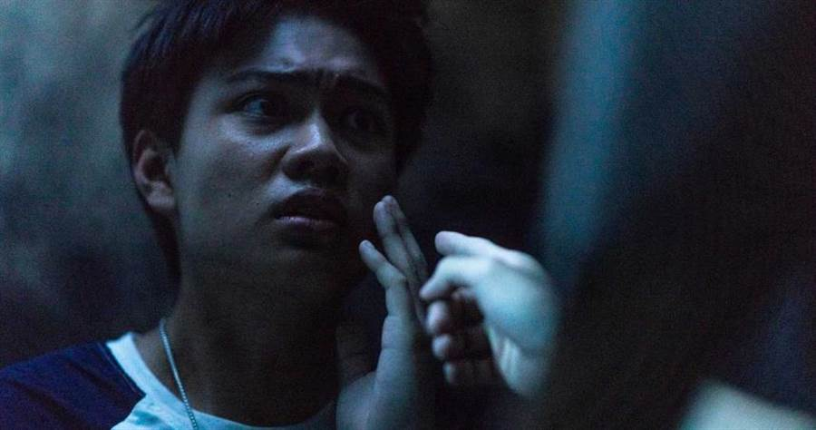 劉子銓演出《76号恐怖書店-捉迷藏》,爸爸劉亮佐要他拍攝前先禱告。(圖/七十六号原子)