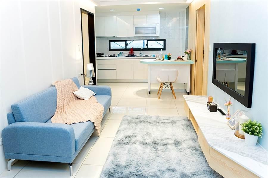 24坪兩房格局,可採開放式廚房,適合小家庭。