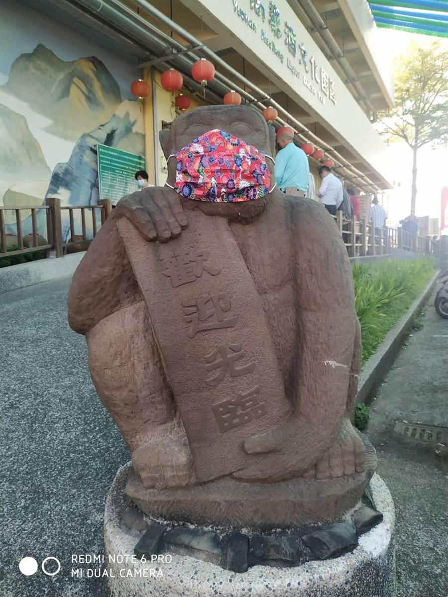 嘉義縣民雄酒廠特製口罩替推廣中心門口兩隻守門石猴戴上了花布口罩。(翻攝照片/呂妍庭嘉義傳真)