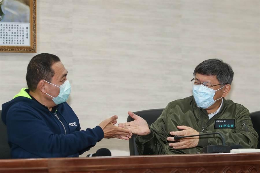 台北市長柯市長文哲(右)與新北市長侯友宜26日共同主持「雙北合作交流平臺」,會後記者會中被提及是否「順時中」、「順貞昌」等議題時,兩人相互謙讓回答敏感問題。(鄧博仁攝)
