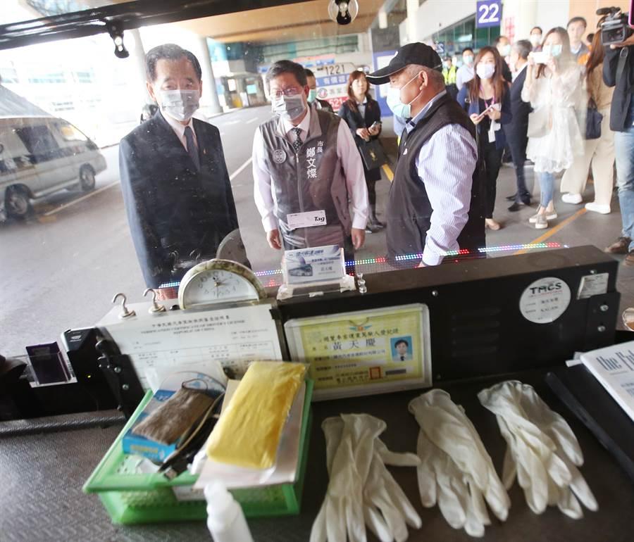 桃園市長鄭文燦(中)26日在國光客運董事長王應傑(左)陪同下,前往桃園機場視察防疫車隊。(范揚光攝)