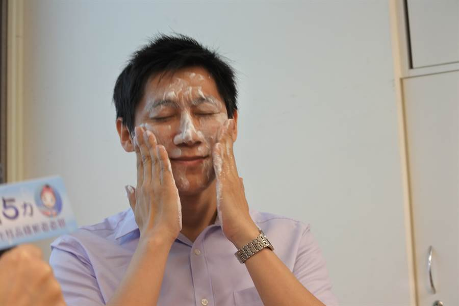 洗臉水中加入鹽、蜂蜜或醋,真的有防皺的效果嗎?(示意圖/中時資料照/鄭郁蓁攝)