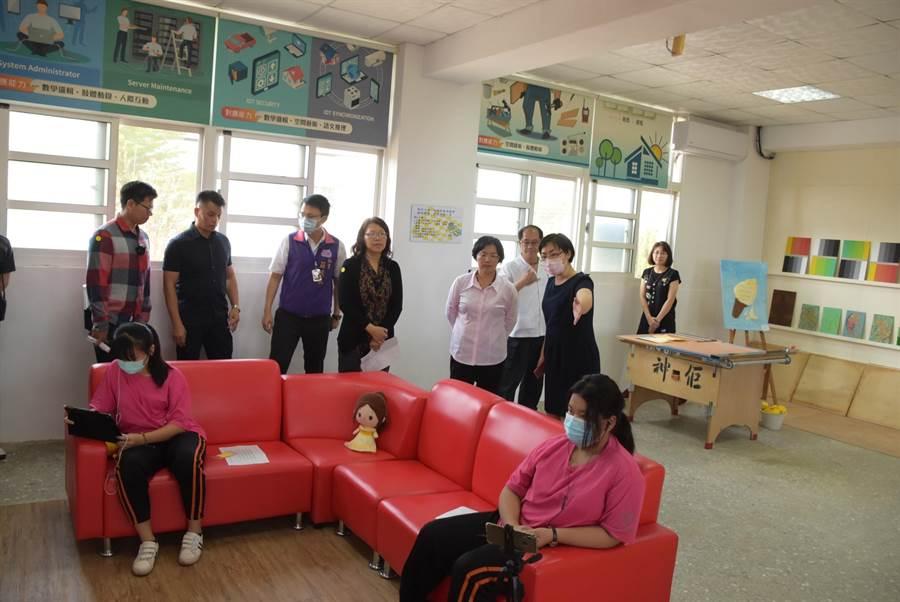 王惠美說,二林鎮雖然是偏鄉,學校資源較少,但在怎麼樣也不能影響孩子的受教權,學生在家中、可以裡用手機、平板、桌上型電腦,甚至投影到電視上,都可以線上學習。。(吳建輝攝)