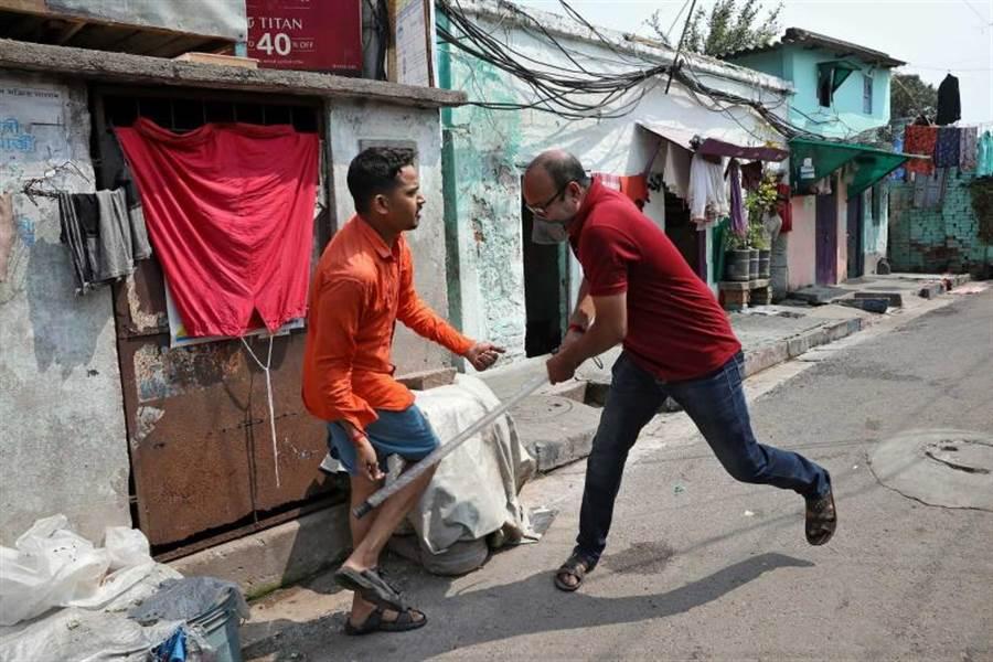便衣警察用警棍當街搥打外出民眾。(圖/路透社)