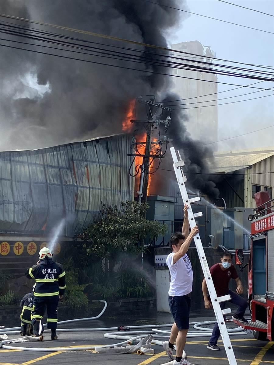 由於廠房內堆放大量易燃紙原料,火勢一發不可收拾。(義消提供/謝瓊雲彰化傳真)