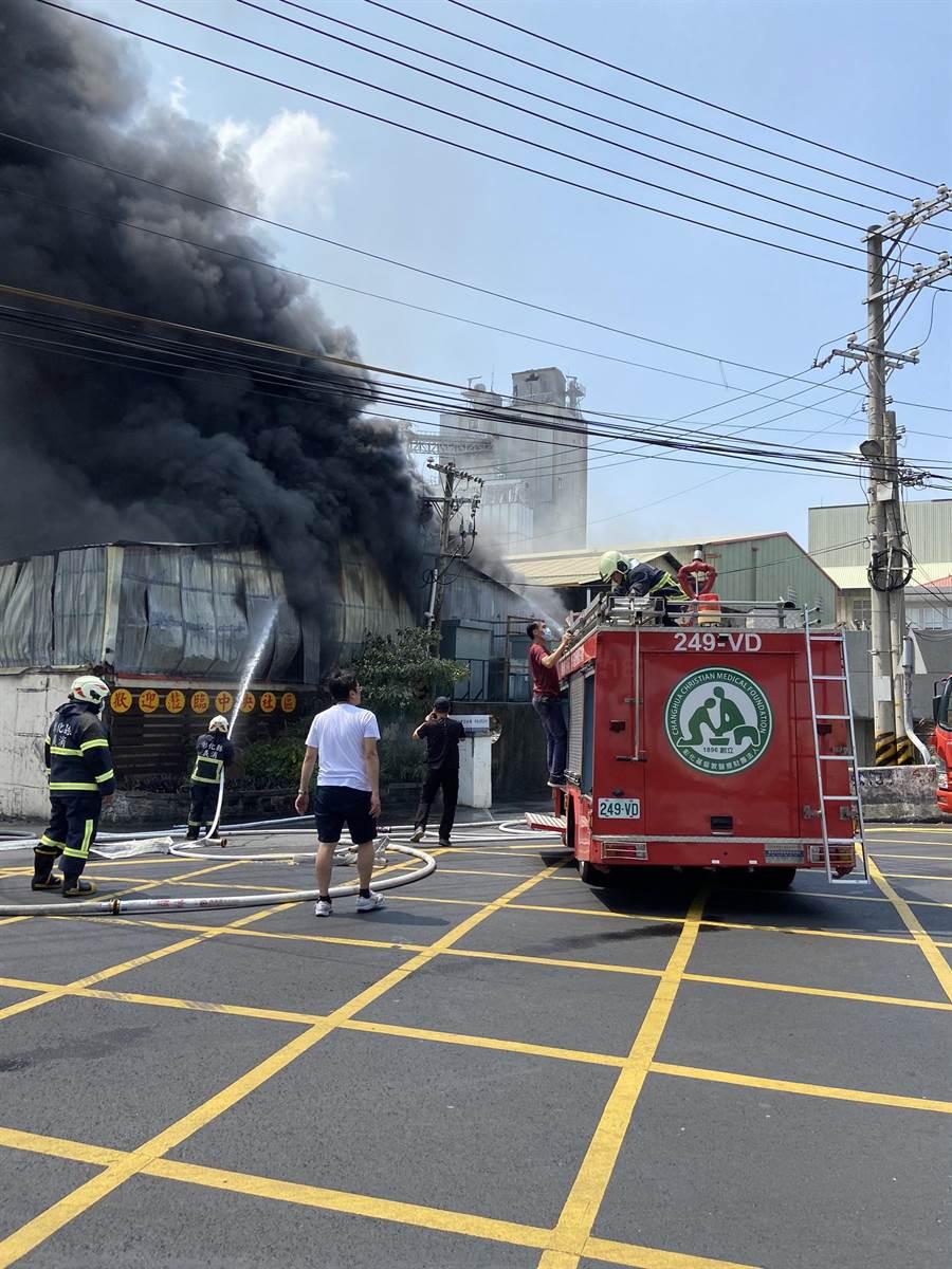 彰化縣消防局共出動消防車23輛、救護車3輛、消防人員54人到場灌救。(義消提供/謝瓊雲彰化傳真)