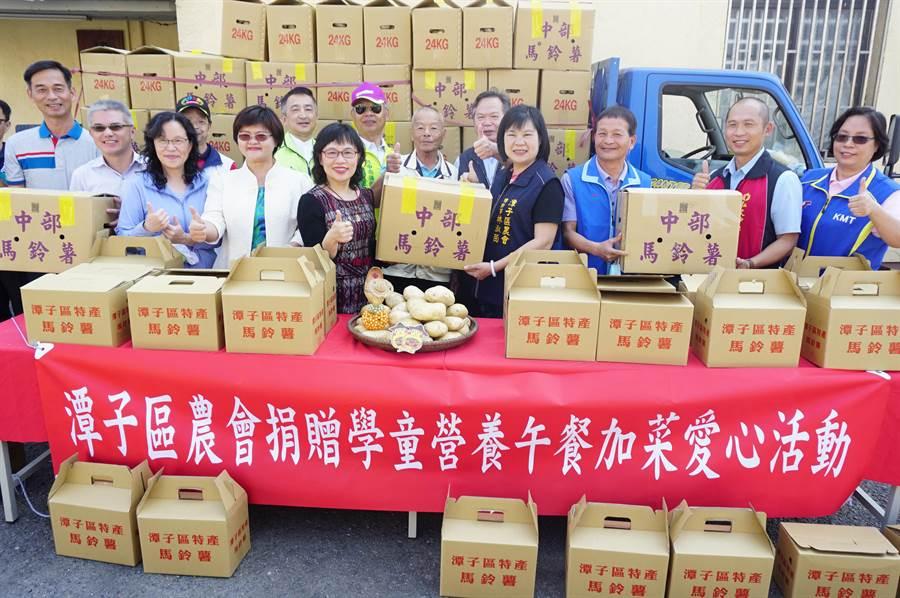 潭子區農會捐贈4000斤愛心薯,為當地9校營養午餐加菜。(王文吉攝)