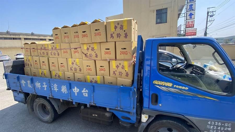 農民運來100箱鮮採馬鈴薯,將分送潭子9所中、小學,為營養午餐加菜。(王文吉攝)
