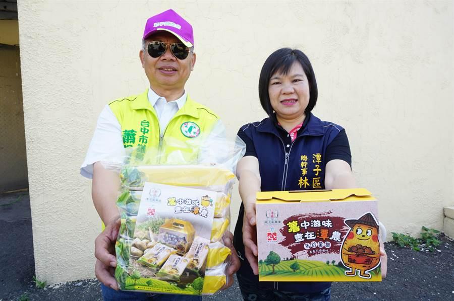 潭子區農會總幹事林淑茵(右)、市議員蕭隆澤(左)推薦馬鈴薯麵,歡迎大家盡量採購。(王文吉攝)