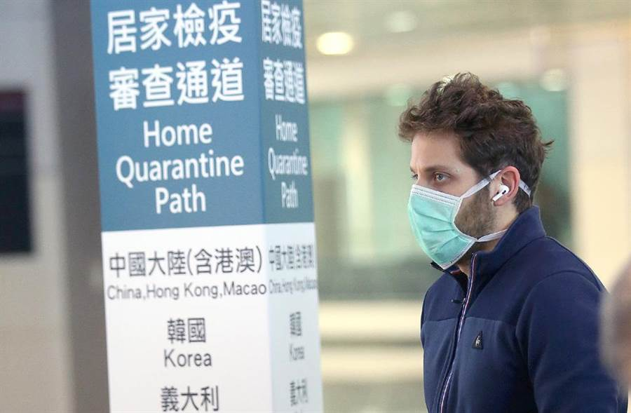 圖為1名外籍旅客在桃園機場排隊查驗健康聲明書資料照,非本文當事人。(中時資料照 范揚光攝)